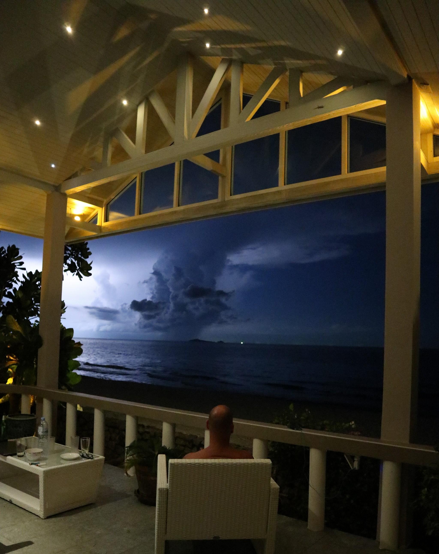 Uteplatsen utanför Master bedroom långt bort drar ett åskoväder förbi och en blixt lyser upp natthimlen. Storslaget och fascinerande en härlig upplevelse.