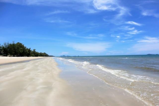 Stranden är ca 2 mil lång, så det är inga problem att hitta plats. Stranden runt Villa Maris städas varje vecka.