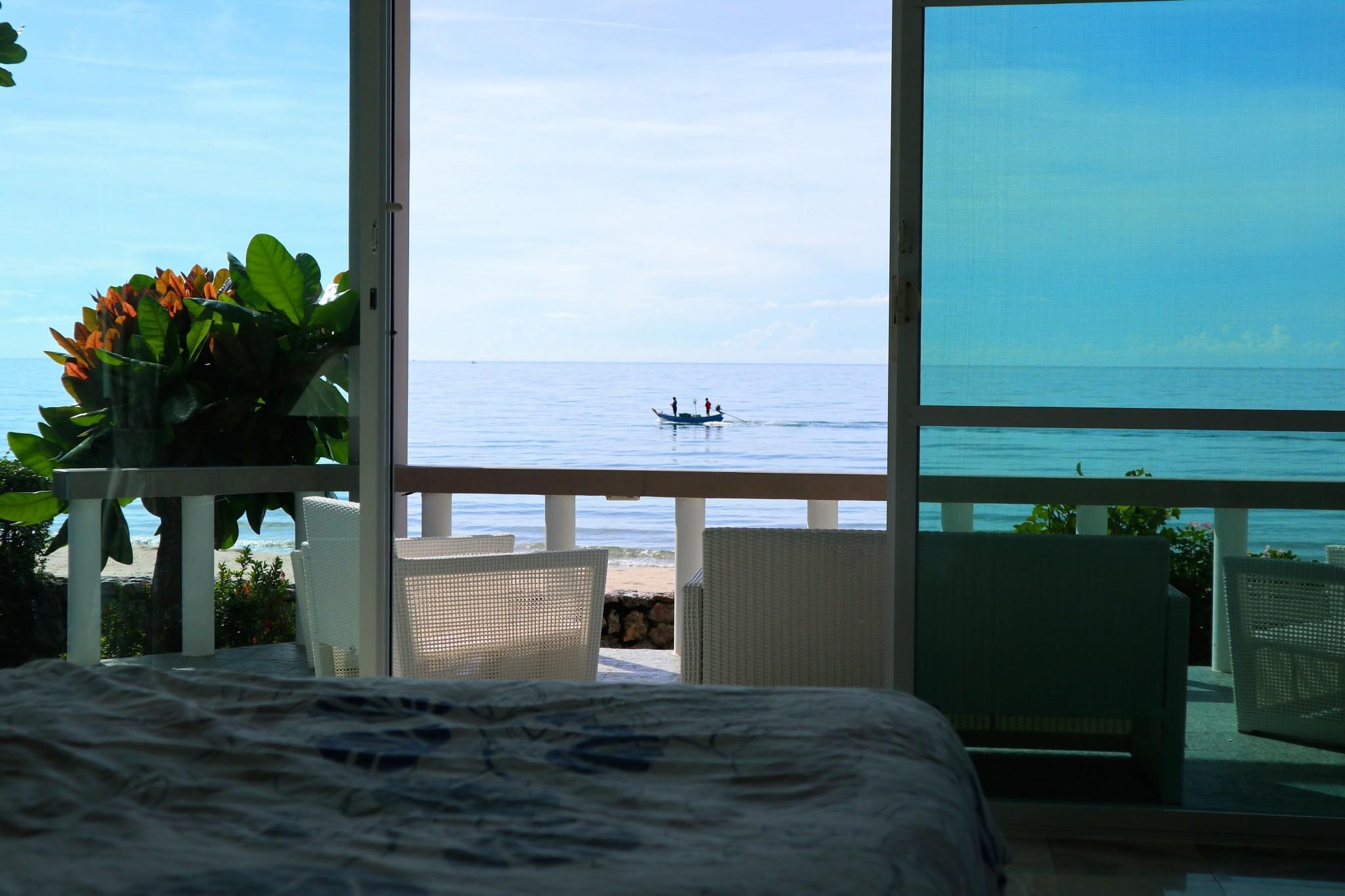 Utsikt från sängen i master bedroom.