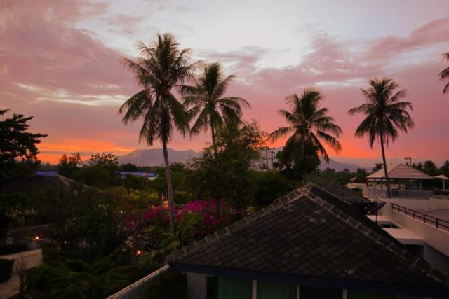 Från taket kan man sitta och njuta av solnedgången över Burmabergen.