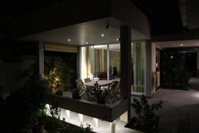 """Uteplatsen utanför vardagsrummet """"by night"""".  Alla uteplatser har en härlig ljussättning."""