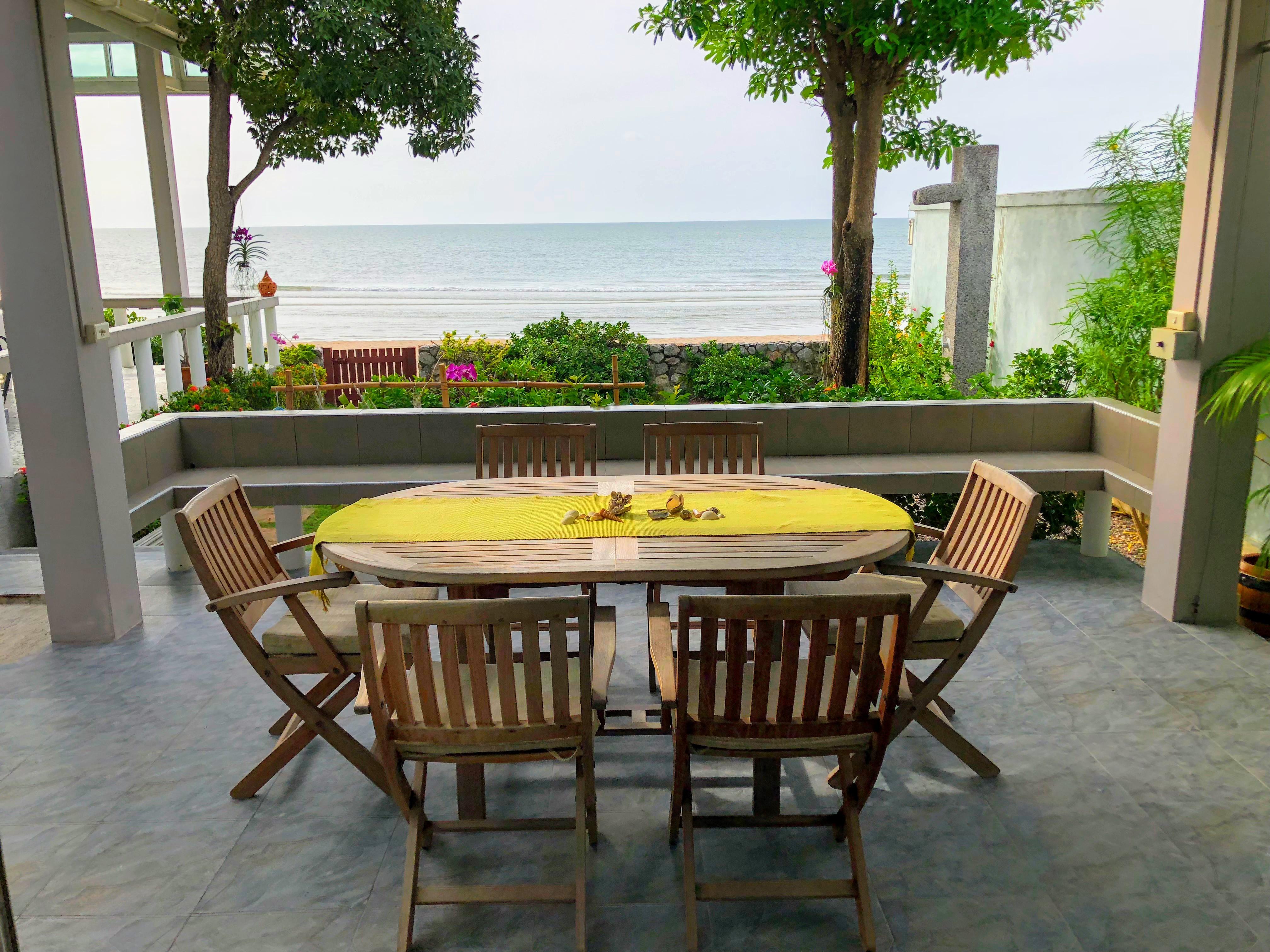 Uteplatsen utanför vardagsrummet. Bordet kan förlängas med en skiva så ytterligare personer får plats.