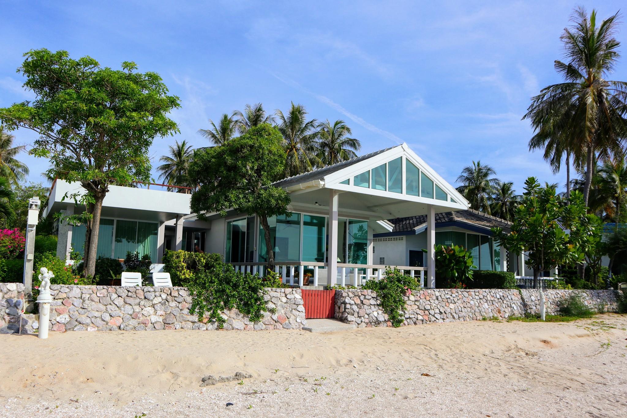 Strandhuset ligger i södra hörnet på Villa Marisområdet