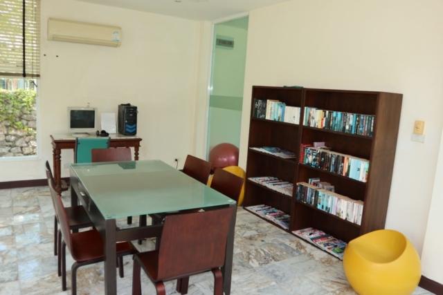 På Villa Maris finns ett litet bibliotek.