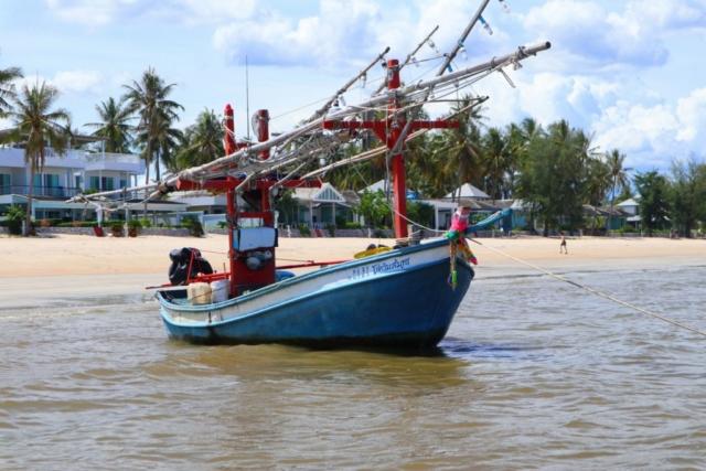 Fiskebåtar är en vanlig syn från huset.