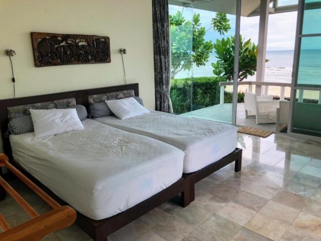 Master bedroom, två sängar som går att dra ihop eller isär. Hög kvalité på madrass och bäddmadrass. Foto från sommaren 2018.