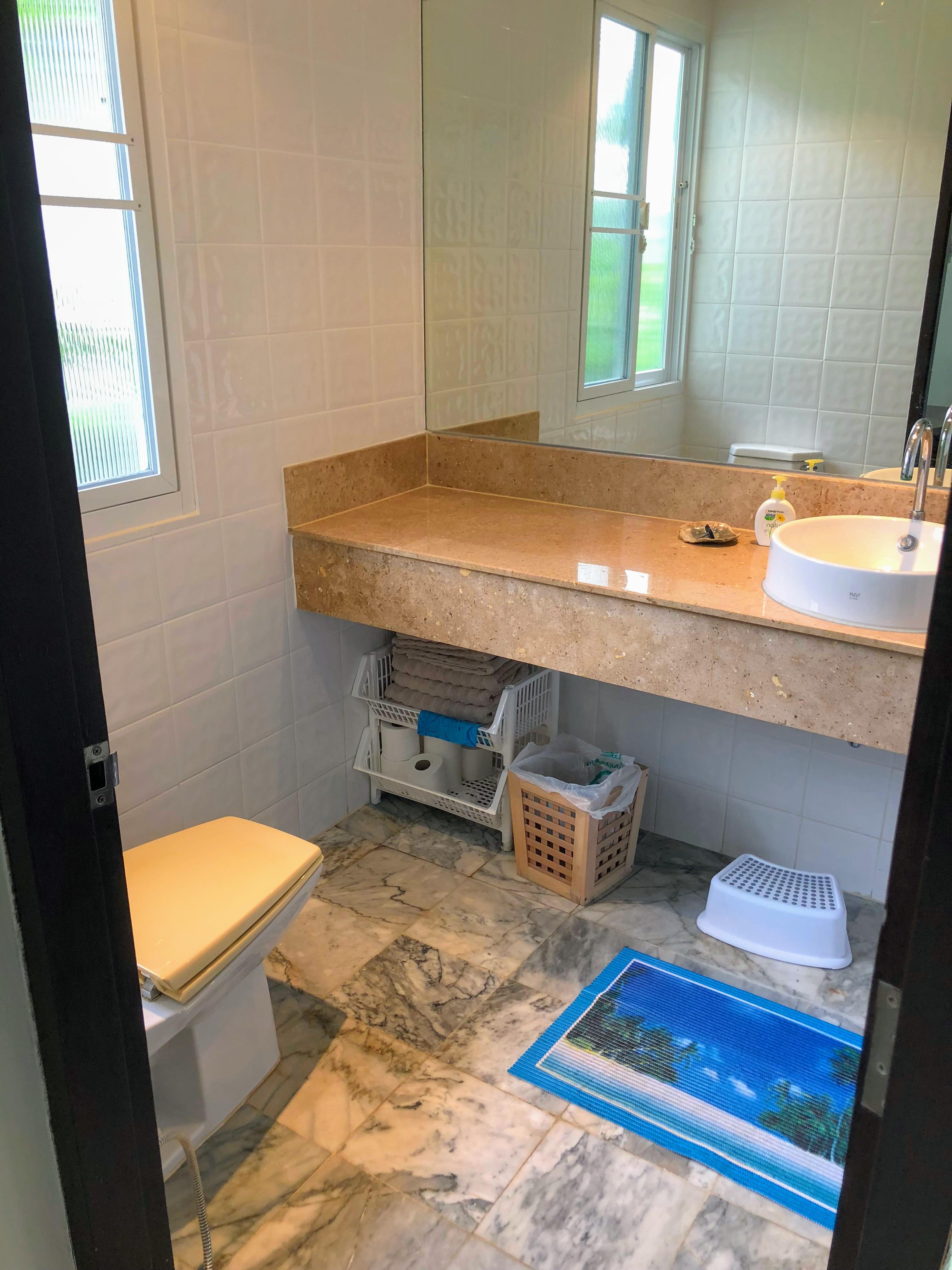 Gästbadrum med toalett och dusch.