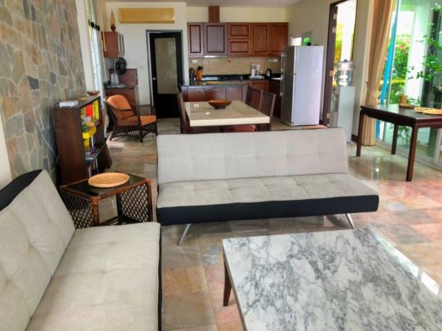Vardagsrum och kök. Foto från sommaren 2018.